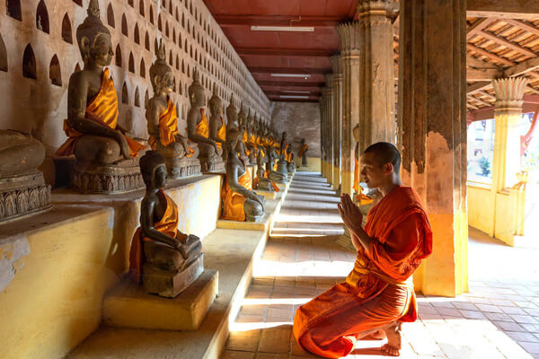 Monk-worshiping-in-Wat-Sisaket, Laos trips