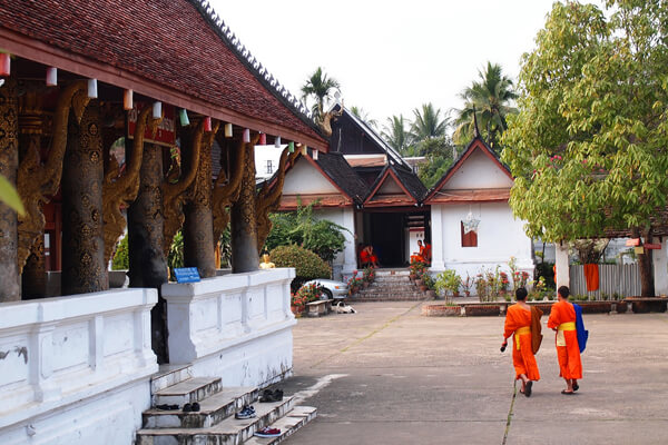 Monks-walking-in-the-front-yard-of-Wat-Aham