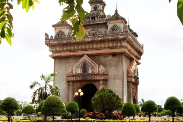 patuxai monument entrance fee and opening hours