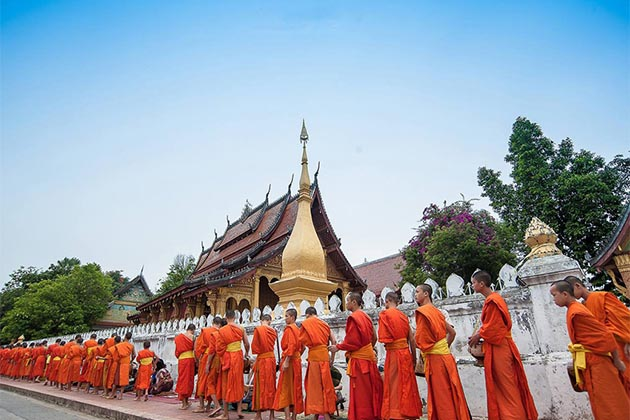 alm giving ceremony, Luang Prabang Tour day trip